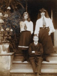 Fiffy, Wilmot and Molly Evans, The Lawn, Hagley, Sep 1906
