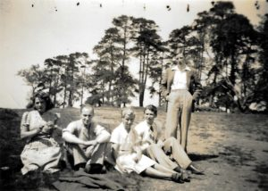 Pam (centre) with fellow Arts School students and a teacher, 1939