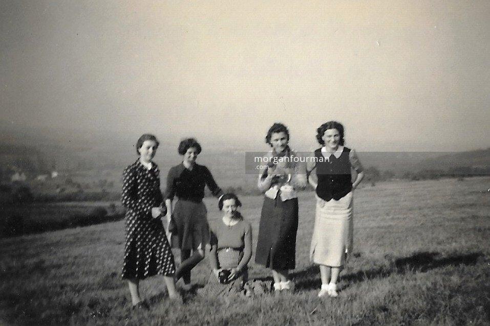 Hélène Cordier (right), picnic in Tournus, 21 Oct 1938